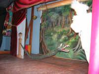 La Compagnia dell'Opera dei Pupi Siciliani di Carmelo Cuticchio (tel. 091/8124421), della scuola siciliana dell'opera dei pupi palermitana, ha organizzato uno spettacolo per i ragazzi della scuola primaria dell'I.C. G. Pascoli: questi, attenti e coinvolti, hanno assistito con grande entusiasmo, mostrando di apprezzare questo teatro  tradizionale nato nella prima metà dell'Ottocento - 3 marzo 2006  - Castellammare del golfo (1253 clic)