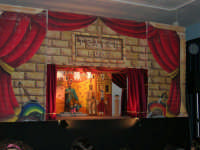 La Compagnia dell'Opera dei Pupi Siciliani di Carmelo Cuticchio (tel. 091/8124421), della scuola siciliana dell'opera dei pupi palermitana, ha organizzato uno spettacolo per i ragazzi della scuola primaria dell'I.C. G. Pascoli: questi, attenti e coinvolti, hanno assistito con grande entusiasmo, mostrando di apprezzare questo teatro  tradizionale nato nella prima metà dell'Ottocento - 3 marzo 2006  - Castellammare del golfo (1125 clic)