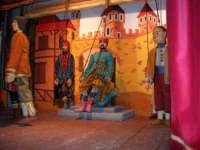 La Compagnia dell'Opera dei Pupi Siciliani di Carmelo Cuticchio (tel. 091/8124421), della scuola siciliana dell'opera dei pupi palermitana, ha organizzato uno spettacolo per i ragazzi della scuola primaria dell'I.C. G. Pascoli: questi, attenti e coinvolti, hanno assistito con grande entusiasmo, mostrando di apprezzare questo teatro  tradizionale nato nella prima metà dell'Ottocento - 3 marzo 2006  - Castellammare del golfo (944 clic)