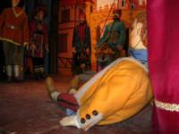 La Compagnia dell'Opera dei Pupi Siciliani di Carmelo Cuticchio (tel. 091/8124421), della scuola siciliana dell'opera dei pupi palermitana, ha organizzato uno spettacolo per i ragazzi della scuola primaria dell'I.C. G. Pascoli: questi, attenti e coinvolti, hanno assistito con grande entusiasmo, mostrando di apprezzare questo teatro  tradizionale nato nella prima metà dell'Ottocento - 3 marzo 2006  - Castellammare del golfo (1087 clic)
