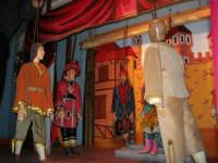 La Compagnia dell'Opera dei Pupi Siciliani di Carmelo Cuticchio (tel. 091/8124421), della scuola siciliana dell'opera dei pupi palermitana, ha organizzato uno spettacolo per i ragazzi della scuola primaria dell'I.C. G. Pascoli: questi, attenti e coinvolti, hanno assistito con grande entusiasmo, mostrando di apprezzare questo teatro  tradizionale nato nella prima metà dell'Ottocento - 3 marzo 2006  - Castellammare del golfo (1117 clic)