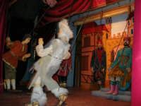 La Compagnia dell'Opera dei Pupi Siciliani di Carmelo Cuticchio (tel. 091/8124421), della scuola siciliana dell'opera dei pupi palermitana, ha organizzato uno spettacolo per i ragazzi della scuola primaria dell'I.C. G. Pascoli: questi, attenti e coinvolti, hanno assistito con grande entusiasmo, mostrando di apprezzare questo teatro  tradizionale nato nella prima metà dell'Ottocento - 3 marzo 2006  - Castellammare del golfo (1088 clic)