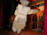 La Compagnia dell'Opera dei Pupi Siciliani di Carmelo Cuticchio (tel. 091/8124421), della scuola siciliana dell'opera dei pupi palermitana, ha organizzato uno spettacolo per i ragazzi della scuola primaria dell'I.C. G. Pascoli: questi, attenti e coinvolti, hanno assistito con grande entusiasmo, mostrando di apprezzare questo teatro  tradizionale nato nella prima metà dell'Ottocento - 3 marzo 2006  - Castellammare del golfo (1005 clic)