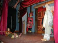 La Compagnia dell'Opera dei Pupi Siciliani di Carmelo Cuticchio (tel. 091/8124421), della scuola siciliana dell'opera dei pupi palermitana, ha organizzato uno spettacolo per i ragazzi della scuola primaria dell'I.C. G. Pascoli: questi, attenti e coinvolti, hanno assistito con grande entusiasmo, mostrando di apprezzare questo teatro  tradizionale nato nella prima metà dell'Ottocento - 3 marzo 2006  - Castellammare del golfo (1075 clic)