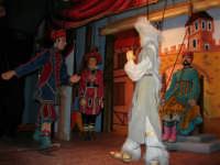 La Compagnia dell'Opera dei Pupi Siciliani di Carmelo Cuticchio (tel. 091/8124421), della scuola siciliana dell'opera dei pupi palermitana, ha organizzato uno spettacolo per i ragazzi della scuola primaria dell'I.C. G. Pascoli: questi, attenti e coinvolti, hanno assistito con grande entusiasmo, mostrando di apprezzare questo teatro  tradizionale nato nella prima metà dell'Ottocento - 3 marzo 2006  - Castellammare del golfo (1048 clic)