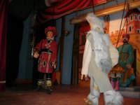La Compagnia dell'Opera dei Pupi Siciliani di Carmelo Cuticchio (tel. 091/8124421), della scuola siciliana dell'opera dei pupi palermitana, ha organizzato uno spettacolo per i ragazzi della scuola primaria dell'I.C. G. Pascoli: questi, attenti e coinvolti, hanno assistito con grande entusiasmo, mostrando di apprezzare questo teatro  tradizionale nato nella prima metà dell'Ottocento - 3 marzo 2006  - Castellammare del golfo (1044 clic)