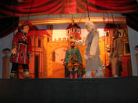 La Compagnia dell'Opera dei Pupi Siciliani di Carmelo Cuticchio (tel. 091/8124421), della scuola siciliana dell'opera dei pupi palermitana, ha organizzato uno spettacolo per i ragazzi della scuola primaria dell'I.C. G. Pascoli: questi, attenti e coinvolti, hanno assistito con grande entusiasmo, mostrando di apprezzare questo teatro  tradizionale nato nella prima metà dell'Ottocento - 3 marzo 2006  - Castellammare del golfo (1109 clic)