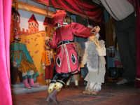 La Compagnia dell'Opera dei Pupi Siciliani di Carmelo Cuticchio (tel. 091/8124421), della scuola siciliana dell'opera dei pupi palermitana, ha organizzato uno spettacolo per i ragazzi della scuola primaria dell'I.C. G. Pascoli: questi, attenti e coinvolti, hanno assistito con grande entusiasmo, mostrando di apprezzare questo teatro  tradizionale nato nella prima metà dell'Ottocento - 3 marzo 2006  - Castellammare del golfo (1131 clic)