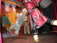 La Compagnia dell'Opera dei Pupi Siciliani di Carmelo Cuticchio (tel. 091/8124421), della scuola siciliana dell'opera dei pupi palermitana, ha organizzato uno spettacolo per i ragazzi della scuola primaria dell'I.C. G. Pascoli: questi, attenti e coinvolti, hanno assistito con grande entusiasmo, mostrando di apprezzare questo teatro  tradizionale nato nella prima metà dell'Ottocento - 3 marzo 2006  - Castellammare del golfo (1129 clic)