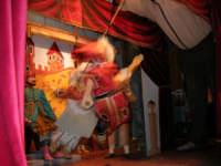 La Compagnia dell'Opera dei Pupi Siciliani di Carmelo Cuticchio (tel. 091/8124421), della scuola siciliana dell'opera dei pupi palermitana, ha organizzato uno spettacolo per i ragazzi della scuola primaria dell'I.C. G. Pascoli: questi, attenti e coinvolti, hanno assistito con grande entusiasmo, mostrando di apprezzare questo teatro  tradizionale nato nella prima metà dell'Ottocento - 3 marzo 2006  - Castellammare del golfo (1081 clic)