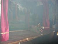 La Compagnia dell'Opera dei Pupi Siciliani di Carmelo Cuticchio (tel. 091/8124421), della scuola siciliana dell'opera dei pupi palermitana, ha organizzato uno spettacolo per i ragazzi della scuola primaria dell'I.C. G. Pascoli: questi, attenti e coinvolti, hanno assistito con grande entusiasmo, mostrando di apprezzare questo teatro  tradizionale nato nella prima metà dell'Ottocento - 3 marzo 2006  - Castellammare del golfo (1115 clic)