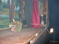 La Compagnia dell'Opera dei Pupi Siciliani di Carmelo Cuticchio (tel. 091/8124421), della scuola siciliana dell'opera dei pupi palermitana, ha organizzato uno spettacolo per i ragazzi della scuola primaria dell'I.C. G. Pascoli: questi, attenti e coinvolti, hanno assistito con grande entusiasmo, mostrando di apprezzare questo teatro  tradizionale nato nella prima metà dell'Ottocento - 3 marzo 2006  - Castellammare del golfo (1050 clic)