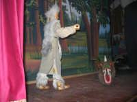La Compagnia dell'Opera dei Pupi Siciliani di Carmelo Cuticchio (tel. 091/8124421), della scuola siciliana dell'opera dei pupi palermitana, ha organizzato uno spettacolo per i ragazzi della scuola primaria dell'I.C. G. Pascoli: questi, attenti e coinvolti, hanno assistito con grande entusiasmo, mostrando di apprezzare questo teatro  tradizionale nato nella prima metà dell'Ottocento - 3 marzo 2006  - Castellammare del golfo (1169 clic)