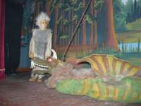 La Compagnia dell'Opera dei Pupi Siciliani di Carmelo Cuticchio (tel. 091/8124421), della scuola siciliana dell'opera dei pupi palermitana, ha organizzato uno spettacolo per i ragazzi della scuola primaria dell'I.C. G. Pascoli: questi, attenti e coinvolti, hanno assistito con grande entusiasmo, mostrando di apprezzare questo teatro  tradizionale nato nella prima metà dell'Ottocento - 3 marzo 2006  - Castellammare del golfo (1025 clic)