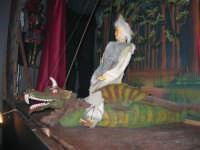 La Compagnia dell'Opera dei Pupi Siciliani di Carmelo Cuticchio (tel. 091/8124421), della scuola siciliana dell'opera dei pupi palermitana, ha organizzato uno spettacolo per i ragazzi della scuola primaria dell'I.C. G. Pascoli: questi, attenti e coinvolti, hanno assistito con grande entusiasmo, mostrando di apprezzare questo teatro  tradizionale nato nella prima metà dell'Ottocento - 3 marzo 2006  - Castellammare del golfo (923 clic)