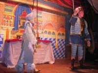 La Compagnia dell'Opera dei Pupi Siciliani di Carmelo Cuticchio (tel. 091/8124421), della scuola siciliana dell'opera dei pupi palermitana, ha organizzato uno spettacolo per i ragazzi della scuola primaria dell'I.C. G. Pascoli: questi, attenti e coinvolti, hanno assistito con grande entusiasmo, mostrando di apprezzare questo teatro  tradizionale nato nella prima metà dell'Ottocento - 3 marzo 2006  - Castellammare del golfo (1198 clic)