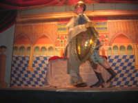 L'Opera dei Pupi Siciliani della compagnia di Carmelo Cuticchio (tel. 091/8124421), della scuola siciliana dell'opera dei pupi palermitana, ha organizzato uno spettacolo per i ragazzi della scuola primaria dell'I.C. G. Pascoli: questi, attenti e coinvolti, hanno assistito con grande entusiasmo, mostrando di apprezzare questo teatro  tradizionale nato nella prima metà dell'Ottocento - 3 marzo 2006  - Castellammare del golfo (1896 clic)