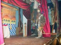 La Compagnia dell'Opera dei Pupi Siciliani di Carmelo Cuticchio (tel. 091/8124421), della scuola siciliana dell'opera dei pupi palermitana, ha organizzato uno spettacolo per i ragazzi della scuola primaria dell'I.C. G. Pascoli: questi, attenti e coinvolti, hanno assistito con grande entusiasmo, mostrando di apprezzare questo teatro  tradizionale nato nella prima metà dell'Ottocento - 3 marzo 2006  - Castellammare del golfo (969 clic)