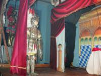 La Compagnia dell'Opera dei Pupi Siciliani di Carmelo Cuticchio (tel. 091/8124421), della scuola siciliana dell'opera dei pupi palermitana, ha organizzato uno spettacolo per i ragazzi della scuola primaria dell'I.C. G. Pascoli: questi, attenti e coinvolti, hanno assistito con grande entusiasmo, mostrando di apprezzare questo teatro  tradizionale nato nella prima metà dell'Ottocento - 3 marzo 2006  - Castellammare del golfo (1083 clic)