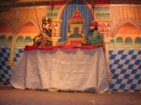 La Compagnia dell'Opera dei Pupi Siciliani di Carmelo Cuticchio (tel. 091/8124421), della scuola siciliana dell'opera dei pupi palermitana, ha organizzato uno spettacolo per i ragazzi della scuola primaria dell'I.C. G. Pascoli: questi, attenti e coinvolti, hanno assistito con grande entusiasmo, mostrando di apprezzare questo teatro  tradizionale nato nella prima metà dell'Ottocento - 3 marzo 2006  - Castellammare del golfo (1158 clic)