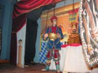 La Compagnia dell'Opera dei Pupi Siciliani di Carmelo Cuticchio (tel. 091/8124421), della scuola siciliana dell'opera dei pupi palermitana, ha organizzato uno spettacolo per i ragazzi della scuola primaria dell'I.C. G. Pascoli: questi, attenti e coinvolti, hanno assistito con grande entusiasmo, mostrando di apprezzare questo teatro  tradizionale nato nella prima metà dell'Ottocento - 3 marzo 2006  - Castellammare del golfo (1172 clic)