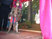 La Compagnia dell'Opera dei Pupi Siciliani di Carmelo Cuticchio (tel. 091/8124421), della scuola siciliana dell'opera dei pupi palermitana, ha organizzato uno spettacolo per i ragazzi della scuola primaria dell'I.C. G. Pascoli: questi, attenti e coinvolti, hanno assistito con grande entusiasmo, mostrando di apprezzare questo teatro  tradizionale nato nella prima metà dell'Ottocento - 3 marzo 2006  - Castellammare del golfo (1179 clic)