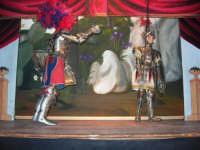 La Compagnia dell'Opera dei Pupi Siciliani di Carmelo Cuticchio (tel. 091/8124421), della scuola siciliana dell'opera dei pupi palermitana, ha organizzato uno spettacolo per i ragazzi della scuola primaria dell'I.C. G. Pascoli: questi, attenti e coinvolti, hanno assistito con grande entusiasmo, mostrando di apprezzare questo teatro  tradizionale nato nella prima metà dell'Ottocento - 3 marzo 2006  - Castellammare del golfo (1089 clic)