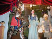 La Compagnia dell'Opera dei Pupi Siciliani di Carmelo Cuticchio (tel. 091/8124421), della scuola siciliana dell'opera dei pupi palermitana, ha organizzato uno spettacolo per i ragazzi della scuola primaria dell'I.C. G. Pascoli: questi, attenti e coinvolti, hanno assistito con grande entusiasmo, mostrando di apprezzare questo teatro  tradizionale nato nella prima metà dell'Ottocento - 3 marzo 2006  - Castellammare del golfo (976 clic)