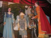 La Compagnia dell'Opera dei Pupi Siciliani di Carmelo Cuticchio (tel. 091/8124421), della scuola siciliana dell'opera dei pupi palermitana, ha organizzato uno spettacolo per i ragazzi della scuola primaria dell'I.C. G. Pascoli: questi, attenti e coinvolti, hanno assistito con grande entusiasmo, mostrando di apprezzare questo teatro  tradizionale nato nella prima metà dell'Ottocento - 3 marzo 2006  - Castellammare del golfo (1058 clic)