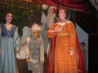 La Compagnia dell'Opera dei Pupi Siciliani di Carmelo Cuticchio (tel. 091/8124421), della scuola siciliana dell'opera dei pupi palermitana, ha organizzato uno spettacolo per i ragazzi della scuola primaria dell'I.C. G. Pascoli: questi, attenti e coinvolti, hanno assistito con grande entusiasmo, mostrando di apprezzare questo teatro  tradizionale nato nella prima metà dell'Ottocento - 3 marzo 2006  - Castellammare del golfo (1181 clic)