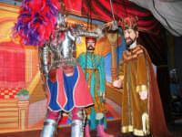 La Compagnia dell'Opera dei Pupi Siciliani di Carmelo Cuticchio (tel. 091/8124421), della scuola siciliana dell'opera dei pupi palermitana, ha organizzato uno spettacolo per i ragazzi della scuola primaria dell'I.C. G. Pascoli: questi, attenti e coinvolti, hanno assistito con grande entusiasmo, mostrando di apprezzare questo teatro  tradizionale nato nella prima metà dell'Ottocento - 3 marzo 2006  - Castellammare del golfo (1105 clic)