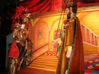 La Compagnia dell'Opera dei Pupi Siciliani di Carmelo Cuticchio (tel. 091/8124421), della scuola siciliana dell'opera dei pupi palermitana, ha organizzato uno spettacolo per i ragazzi della scuola primaria dell'I.C. G. Pascoli: questi, attenti e coinvolti, hanno assistito con grande entusiasmo, mostrando di apprezzare questo teatro  tradizionale nato nella prima metà dell'Ottocento - 3 marzo 2006  - Castellammare del golfo (947 clic)