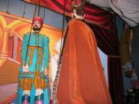La Compagnia dell'Opera dei Pupi Siciliani di Carmelo Cuticchio (tel. 091/8124421), della scuola siciliana dell'opera dei pupi palermitana, ha organizzato uno spettacolo per i ragazzi della scuola primaria dell'I.C. G. Pascoli: questi, attenti e coinvolti, hanno assistito con grande entusiasmo, mostrando di apprezzare questo teatro  tradizionale nato nella prima metà dell'Ottocento - 3 marzo 2006  - Castellammare del golfo (1057 clic)