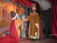 La Compagnia dell'Opera dei Pupi Siciliani di Carmelo Cuticchio (tel. 091/8124421), della scuola siciliana dell'opera dei pupi palermitana, ha organizzato uno spettacolo per i ragazzi della scuola primaria dell'I.C. G. Pascoli: questi, attenti e coinvolti, hanno assistito con grande entusiasmo, mostrando di apprezzare questo teatro  tradizionale nato nella prima metà dell'Ottocento - 3 marzo 2006  - Castellammare del golfo (1215 clic)