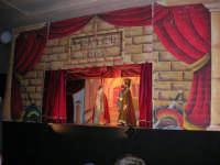 La Compagnia dell'Opera dei Pupi Siciliani di Carmelo Cuticchio (tel. 091/8124421), della scuola siciliana dell'opera dei pupi palermitana, ha organizzato uno spettacolo per i ragazzi della scuola primaria dell'I.C. G. Pascoli: questi, attenti e coinvolti, hanno assistito con grande entusiasmo, mostrando di apprezzare questo teatro  tradizionale nato nella prima metà dell'Ottocento - 3 marzo 2006  - Castellammare del golfo (986 clic)