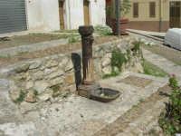 a spasso per la città: un'antica fontanella nella via Discesa al Santuario - 6 giugno 2007  - Alcamo (900 clic)