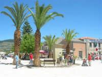 Sagra delle ciliege - l'antica fontana da poco ripristinata in piazza Castello - 17 giugno 2007  - Chiusa sclafani (2514 clic)