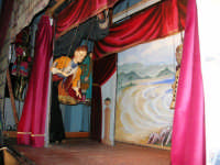 La Compagnia dell'Opera dei Pupi Siciliani di Carmelo Cuticchio (tel. 091/8124421), della scuola siciliana dell'opera dei pupi palermitana, ha organizzato uno spettacolo per i ragazzi della scuola primaria dell'I.C. G. Pascoli: questi, attenti e coinvolti, hanno assistito con grande entusiasmo, mostrando di apprezzare questo teatro  tradizionale nato nella prima metà dell'Ottocento - 3 marzo 2006  - Castellammare del golfo (1248 clic)