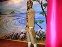 La Compagnia dell'Opera dei Pupi Siciliani di Carmelo Cuticchio (tel. 091/8124421), della scuola siciliana dell'opera dei pupi palermitana, ha organizzato uno spettacolo per i ragazzi della scuola primaria dell'I.C. G. Pascoli: questi, attenti e coinvolti, hanno assistito con grande entusiasmo, mostrando di apprezzare questo teatro  tradizionale nato nella prima metà dell'Ottocento - 3 marzo 2006  - Castellammare del golfo (1037 clic)