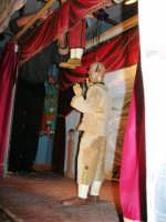 La Compagnia dell'Opera dei Pupi Siciliani di Carmelo Cuticchio (tel. 091/8124421), della scuola siciliana dell'opera dei pupi palermitana, ha organizzato uno spettacolo per i ragazzi della scuola primaria dell'I.C. G. Pascoli: questi, attenti e coinvolti, hanno assistito con grande entusiasmo, mostrando di apprezzare questo teatro  tradizionale nato nella prima metà dell'Ottocento - 3 marzo 2006  - Castellammare del golfo (1084 clic)