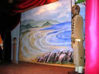 La Compagnia dell'Opera dei Pupi Siciliani di Carmelo Cuticchio (tel. 091/8124421), della scuola siciliana dell'opera dei pupi palermitana, ha organizzato uno spettacolo per i ragazzi della scuola primaria dell'I.C. G. Pascoli: questi, attenti e coinvolti, hanno assistito con grande entusiasmo, mostrando di apprezzare questo teatro  tradizionale nato nella prima metà dell'Ottocento - 3 marzo 2006  - Castellammare del golfo (832 clic)