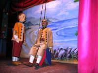 La Compagnia dell'Opera dei Pupi Siciliani di Carmelo Cuticchio (tel. 091/8124421), della scuola siciliana dell'opera dei pupi palermitana, ha organizzato uno spettacolo per i ragazzi della scuola primaria dell'I.C. G. Pascoli: questi, attenti e coinvolti, hanno assistito con grande entusiasmo, mostrando di apprezzare questo teatro  tradizionale nato nella prima metà dell'Ottocento - 3 marzo 2006  - Castellammare del golfo (1233 clic)