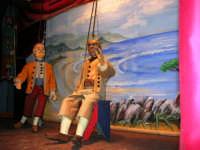 La Compagnia dell'Opera dei Pupi Siciliani di Carmelo Cuticchio (tel. 091/8124421), della scuola siciliana dell'opera dei pupi palermitana, ha organizzato uno spettacolo per i ragazzi della scuola primaria dell'I.C. G. Pascoli: questi, attenti e coinvolti, hanno assistito con grande entusiasmo, mostrando di apprezzare questo teatro  tradizionale nato nella prima metà dell'Ottocento - 3 marzo 2006  - Castellammare del golfo (998 clic)