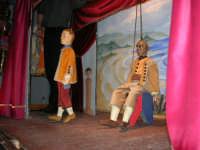 La Compagnia dell'Opera dei Pupi Siciliani di Carmelo Cuticchio (tel. 091/8124421), della scuola siciliana dell'opera dei pupi palermitana, ha organizzato uno spettacolo per i ragazzi della scuola primaria dell'I.C. G. Pascoli: questi, attenti e coinvolti, hanno assistito con grande entusiasmo, mostrando di apprezzare questo teatro  tradizionale nato nella prima metà dell'Ottocento - 3 marzo 2006  - Castellammare del golfo (1015 clic)