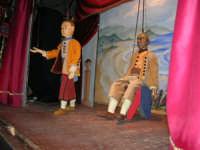 La Compagnia dell'Opera dei Pupi Siciliani di Carmelo Cuticchio (tel. 091/8124421), della scuola siciliana dell'opera dei pupi palermitana, ha organizzato uno spettacolo per i ragazzi della scuola primaria dell'I.C. G. Pascoli: questi, attenti e coinvolti, hanno assistito con grande entusiasmo, mostrando di apprezzare questo teatro  tradizionale nato nella prima metà dell'Ottocento - 3 marzo 2006  - Castellammare del golfo (925 clic)