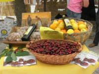 Sagra delle ciliege - ciliege, arance e limoni, noci e mandorle, olio exstravergine di oliva - 17 giugno 2007  - Chiusa sclafani (2053 clic)