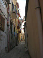 a spasso per la città: da Largo del Carmine alla via Ten. De Blasi Chiarelli, uno stretto vicolo dominato dalla cupola della Basilica di S. Maria Assunta - 6 giugno 2007  - Alcamo (1071 clic)