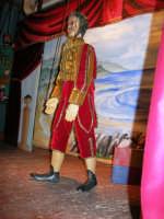 La Compagnia dell'Opera dei Pupi Siciliani di Carmelo Cuticchio (tel. 091/8124421), della scuola siciliana dell'opera dei pupi palermitana, ha organizzato uno spettacolo per i ragazzi della scuola primaria dell'I.C. G. Pascoli: questi, attenti e coinvolti, hanno assistito con grande entusiasmo, mostrando di apprezzare questo teatro  tradizionale nato nella prima metà dell'Ottocento - 3 marzo 2006  - Castellammare del golfo (1101 clic)
