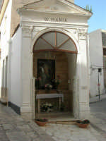 Discesa al Santuario - la cappella dedicata alla Madonna dei Miracoli - 24 aprile 2006  - Alcamo (1486 clic)