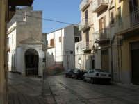 Discesa al Santuario - la cappella dedicata alla Madonna dei Miracoli - 24 aprile 2006  - Alcamo (1512 clic)
